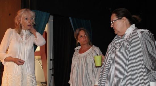 De tre kvinnliga skådespelarna gör sig beredda -1